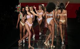 Модели дефилируют на Неделе пляжной моды в Майами