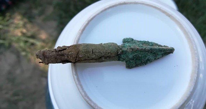 В углублении же обнаружили останки человека и бронзовые стрелы