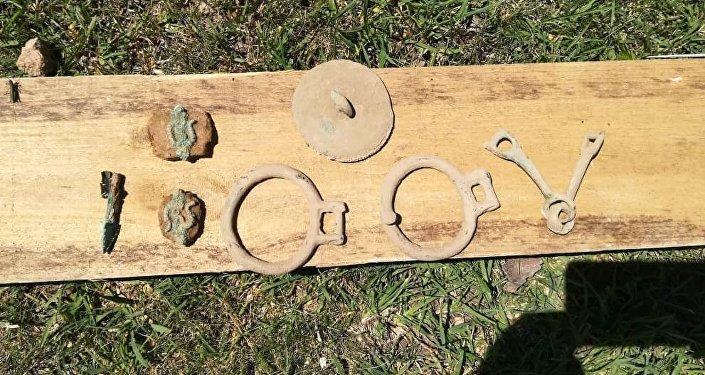 Сначала нашли седло, стремена и другое снаряжение для лошади