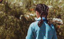 Девочка стоит спиной. Архивное фото