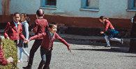 Дети играются во время перемени во дворе школы села Кара-Булак. Архивное фото