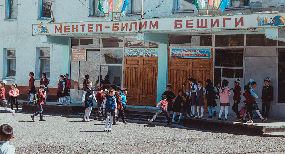 Школьный двор во время перемены. Архивное фото
