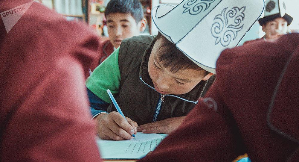Ученики школы Баткенской области во время урока. Архивное фото