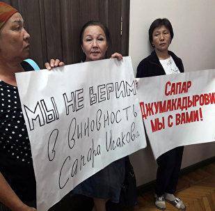 Сторонники бывшего премьера Сапара Исакова пришли в здание Верховного суда, чтобы поддержать арестованного политика