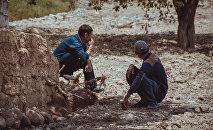 Мужчины в одном из сел Баткенской области. Архивное фото