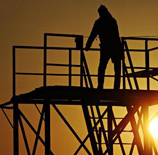 Мужчина на спасательной вышке. Архивное фото