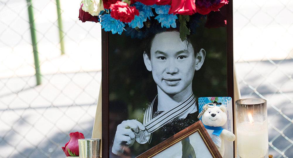 Портрет убитого фигуриста Дениса Тена на месте трагедии в Алма-Ате.