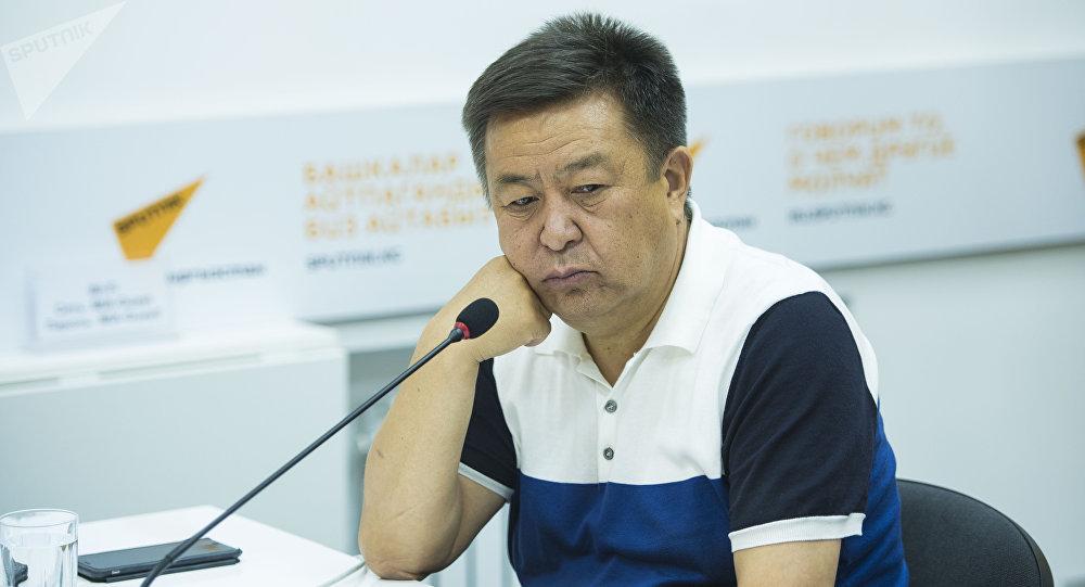 Экс-спикер Жогорку Кенеша Чыныбай Турсунбеков во время круглого стола в пресс-центре Sputnik Кыргызстан