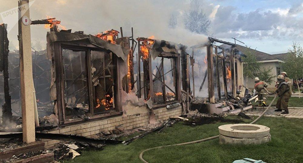 Сотрудники МЧС на месте пожара в коттедже, который загорелся на территории пансионата в селе Кожояр на Иссык-Куле