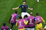 Игроки сборной Франции радуются забитому голу в матче 1/8 финала чемпионата мира по футболу между сборными Франции и Аргентины. На дальнем плане - автор гола Бенжамен Павар (Франция). Архивное фото