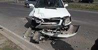 На пересечении Южной магистрали и улицы Баха в Бишкеке легковое авто протаранило две машины