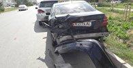 Борбор калаадагы Түштүк магистраль жана Бах көчөлөрүнүн кесилишинде Subaru Forester автоунаасы жол четинде токтоп турган эки машинаны сүзүп алды