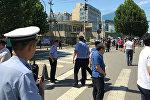 Сотрудники полиции на месте взрыва у здания посольства США в Пекине (Китай)