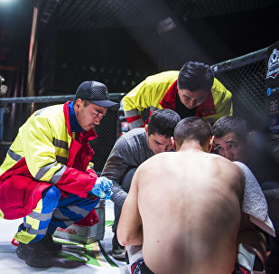 Медики оказывают помощь спортсмену на турнире ММА в бишкекском Дворце спорта имени Кожомкула. Архивное фото