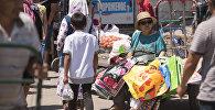 Женщина продает пакеты на Ошском рынке Бишкека. Архивное фото