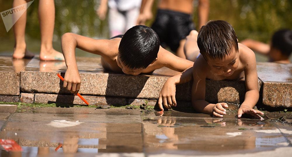 Бишкектеги балдар фонтанда жуунуп жатышат. Архив