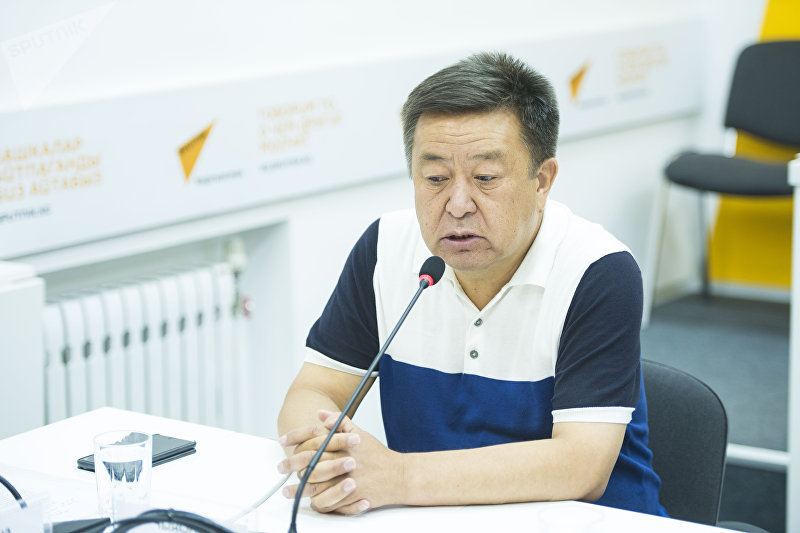 Экс-спикер Жогорку Кенеша Чыныбай Турсунбеков во время круглого стола