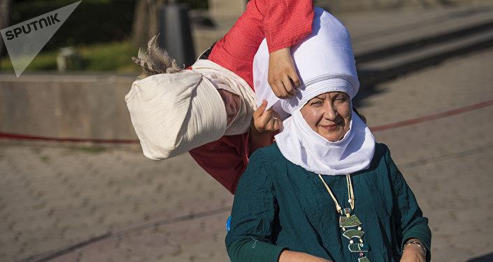 Sputnik Кыргызстан маалымат агенттиги менен радиосунун жетекчиси Елена Череменина Жүз элечек деп аталган социалдык-маданий флешмобго катышты
