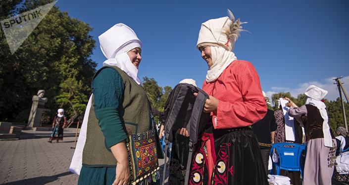Флешмобго Кыргызстандын ар кыл тармагында иштеген аялдар катышты