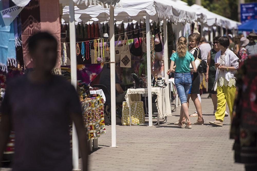 Фестивалга Кыргызстан, Өзбекстан, Казакстан, Тажикстан, Түркөмөнстан, Россия, Индия, Афганистан жана башка өлкөлөрдөн кол өнөрчүлөрү буюм-тайымдарын алып келген