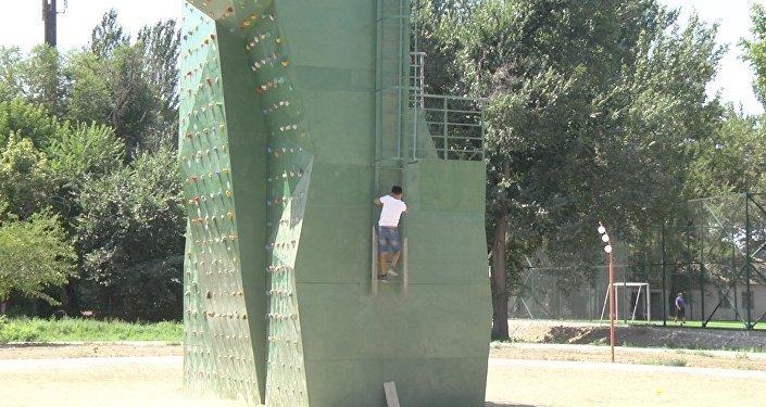 Мэрия Бишкека построила скалодром, где могут убиться дети. Видеофакт
