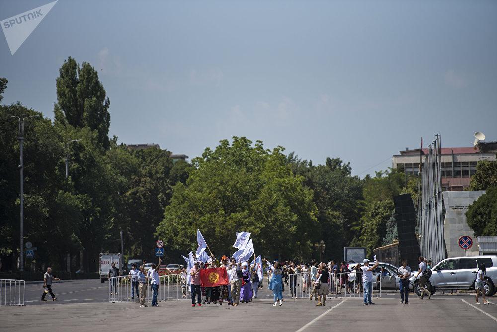 Фестивалдын башында кол өнөрчүлөрдүн жана коноктордун салтанаттуу парады өттү. Алар Тоголок Молдо көчөсүнөн баштап, Чүй проспекти менен Ала-Тоо аянтына чейин басып келишти