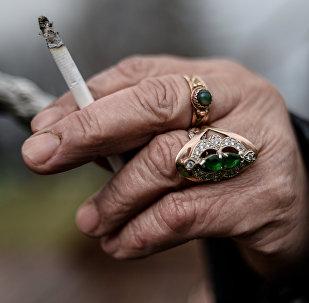 Пожилой мужчина курит сигарету. Архивное фото
