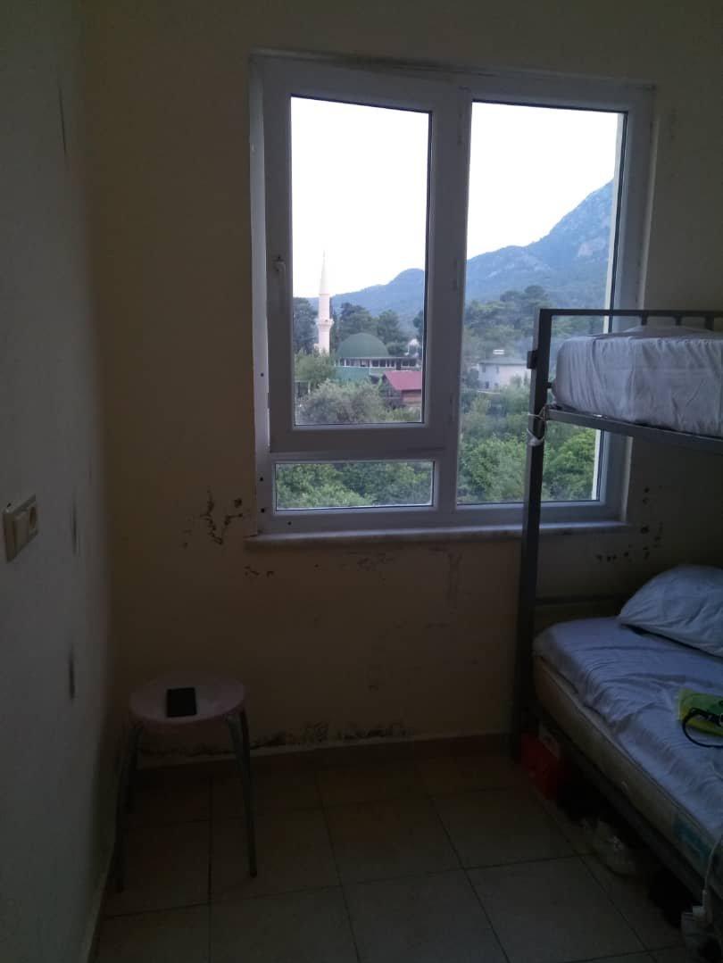 Условия проживания кыргызстанцев, работающи в турецком Кемере.