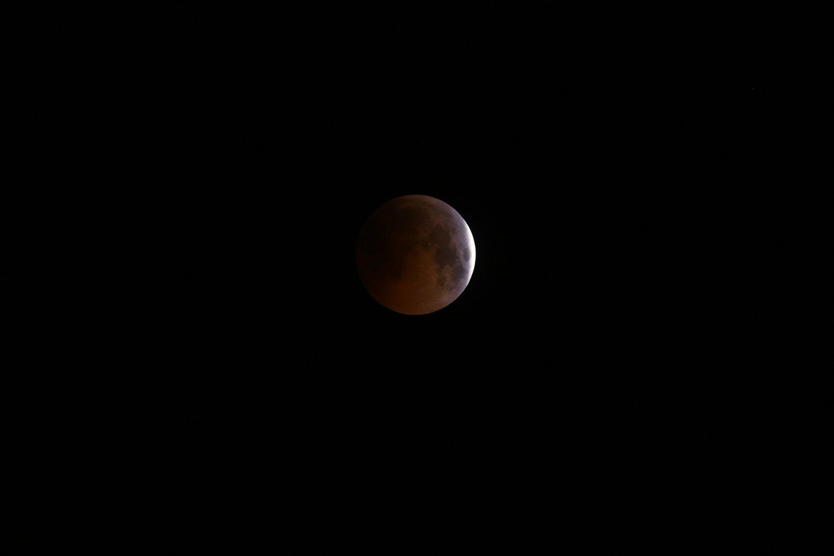 Лунное затмение века в объективе бишкекчанина — фотофакт
