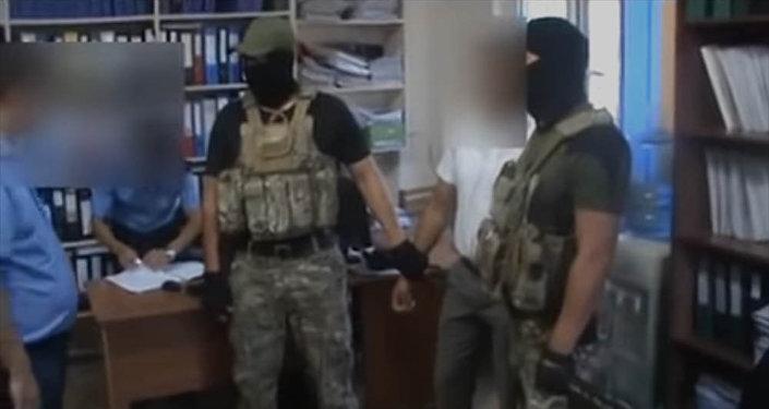 Как задержали налоговика при получении взятки в Бишкеке. Видео