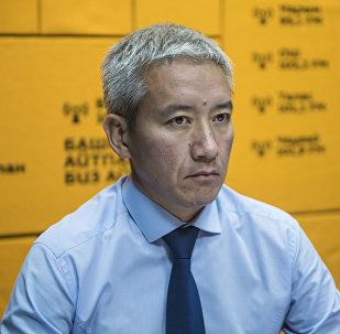 Председатель правления Российско-кыргызского фонда развития Эркин Асрандиев во время интервью на радиостудии Sputnik Кыргызстан