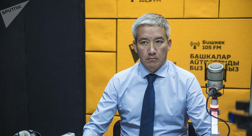 Председатель правления Российско-кыргызского фонда развития Эркин Асрандиев во время интервью. Архивное фото