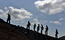 Группа туристов поднимается на гору. Архивное фото