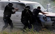 Военнослужащие задерживают условного боевика во время учений. Архивное фото
