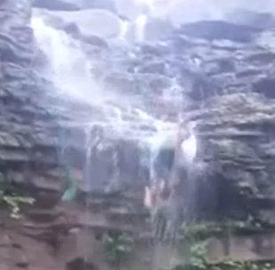 Турист сорвался с водопада, пытаясь сделать эффектное селфи — видео из Индии