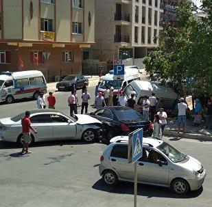 Бишкекте тез жардам автоунаасын BMW үлгүсүндөгү автоунаа коюп кеткенин окуянын күбөсү Sputnik Кыргызстан агенттигине билдирди