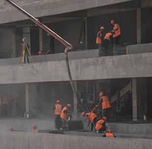 Рабочие на строительном объекте. Архивное фото