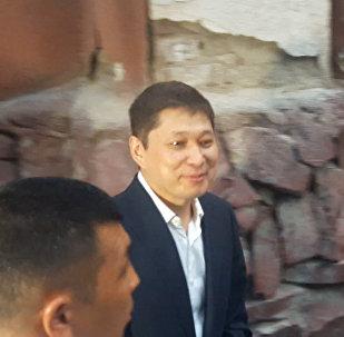 Сапар Исаков с улыбкой вышел из здания суда, сторонники аплодировали. Видео