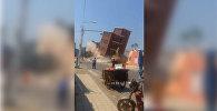 В Китае многоэтажный дом рухнул на экскаватор, машинист чудом выжил. Видео