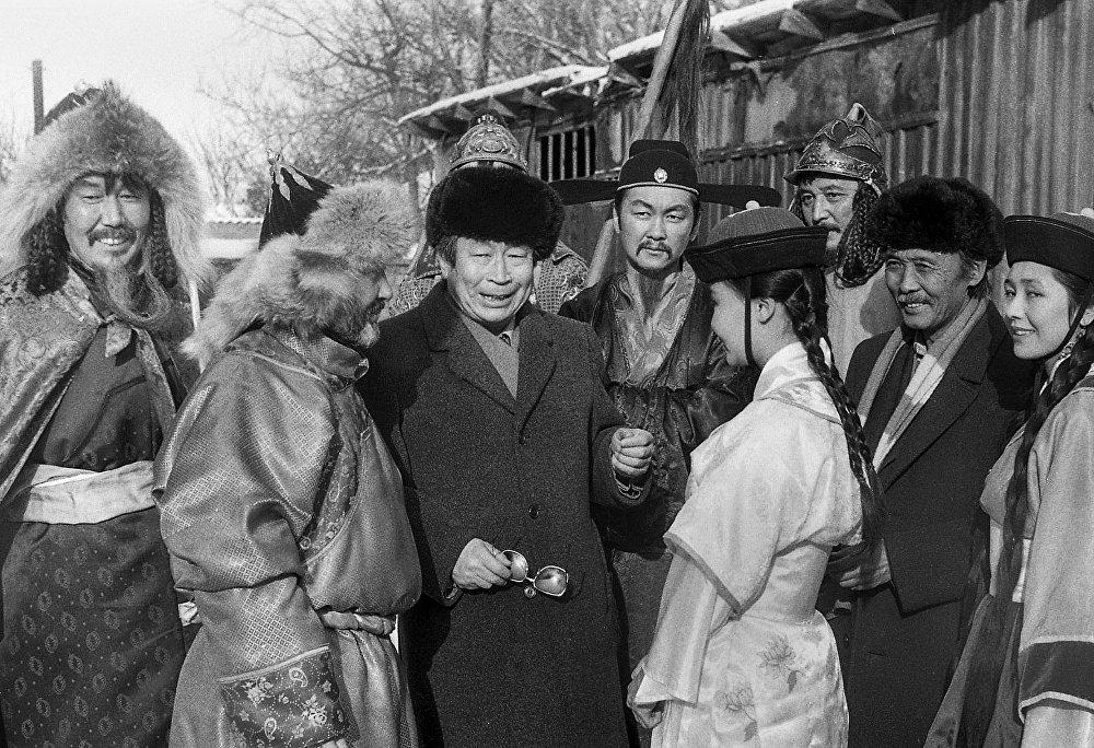Төлөмүш Океев менен монгол элинин улуттук кийимин кийип алган кыргыз актёрлору, 1992-жыл