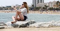Девушка фотографируется на пляже. Архивное фото