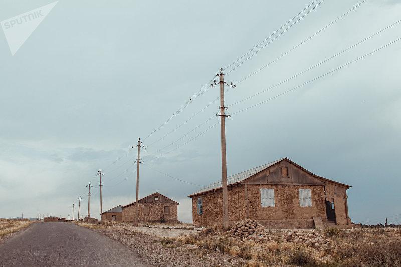 Жилые дома в приграничном с Таджикистаном селе Максат Лейлекского района Баткенской области