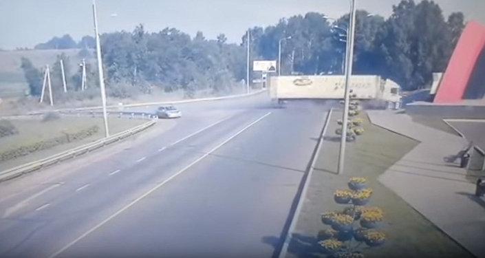 Фура на огромной скорости врезалась в бетонную стелу — шокирующее видео