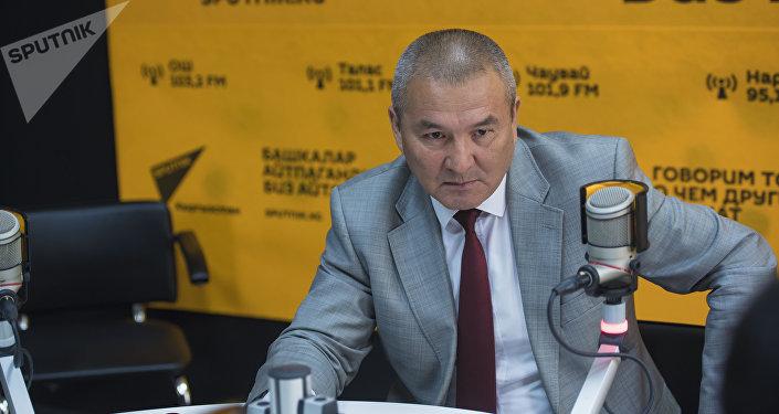 Министр транспорта и дорог Жамшитбек Калилов во время интервью на радиостудии Sputnik Кыргызстан