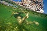 Женщина купается в море. Архивное фото
