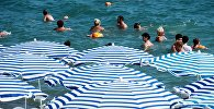Отдыхающие купаются в море. Архивное фото