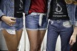 Девушки в джинсах. Архивное фото