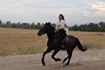 Участница конкурсов красоты КР лихо скачет на коне и показывает трюки — видео
