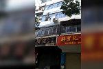 Мать сбросила двух детей с 5 этажа во время пожара. Видео