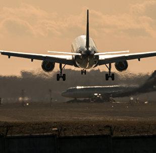 Самолет на взлете. архивное фото